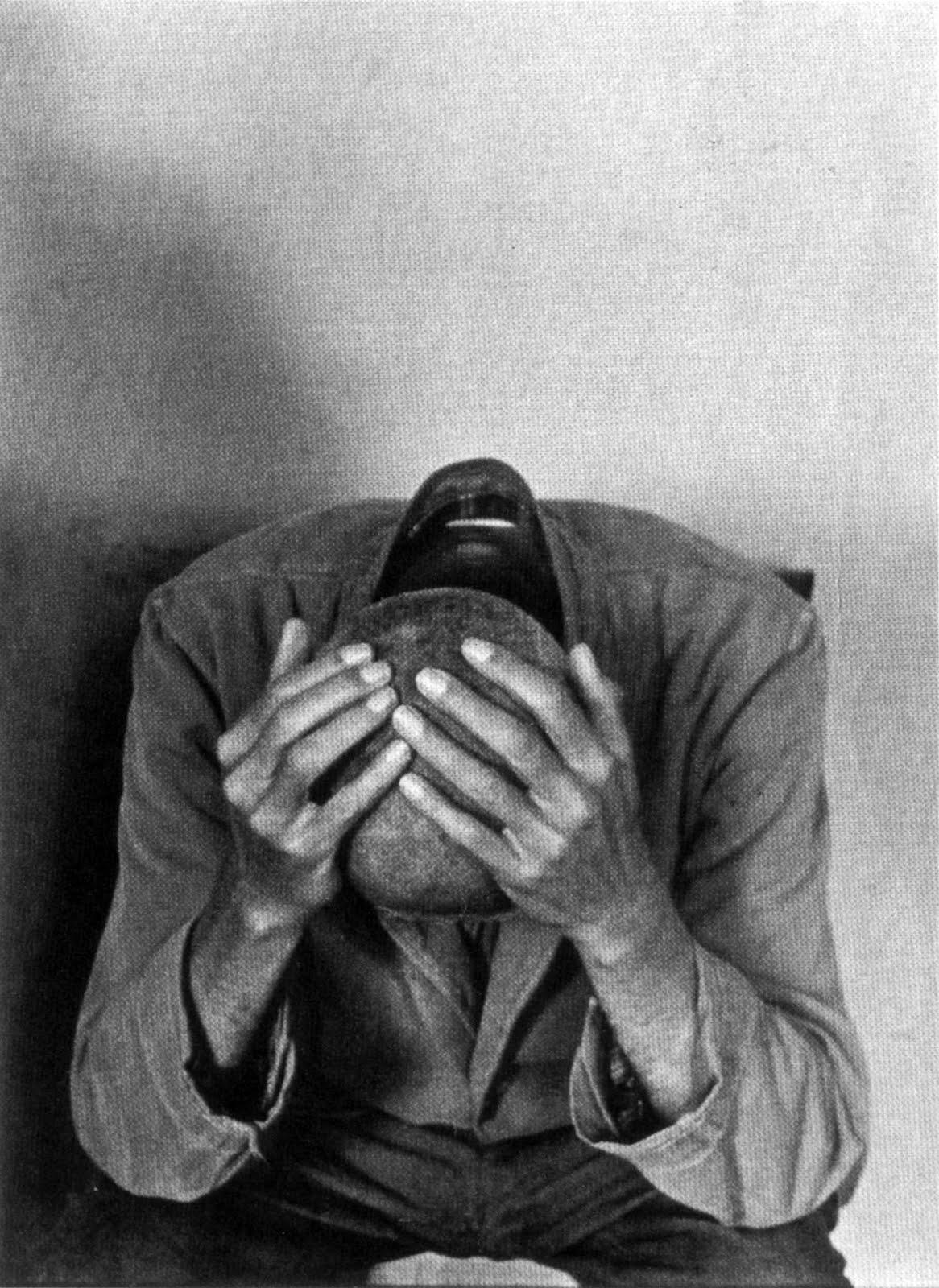 uomo con testa tra le mani